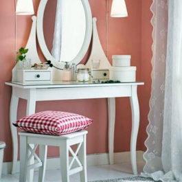 Белый столик с зеркалом