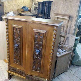 Дубовый шкаф на реставрации
