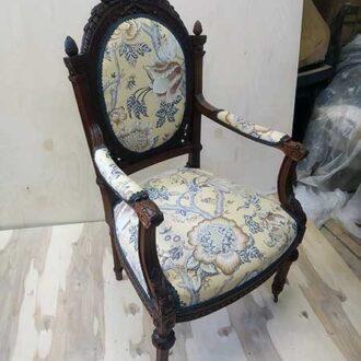 Антикварное ореховое кресло