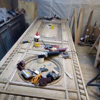 В процессе реставрации дверей